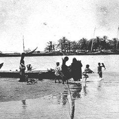 استعراض الجيش البريطاني أمام أمراء الخليج عام 1916م عبدالعزيز بن سعوى و الشيخ خزعل و حاكم الكويت ووجها البصرة والمحمرة بجانب سر برسي كاكس المقيم البريطاني في الخليج