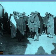شط العرب-استعراض الجيش البريطاني أمام أمراء الخليج عام 1916م عبدالعزيز بن سعود و الشيخ خزعل و حاكم الكويت ووجها البصرة والمحمرة بجانب سر برسي كاكس المقيم البريطاني في الخليج