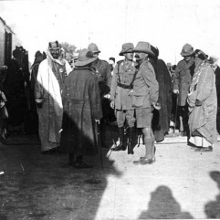 شط العرب-استعراض الجيش البريطاني أمام أمراء الخليج عام 1917م عبدالعزيز بن سعود و الشيخ خزعل و حاكم الكويت ووجها البصرة والمحمرة بجانب سر برسي كاكس المقيم البريطاني في الخليج