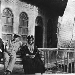 احد مشايخ قبيلة السعدون ونجله مع ضابط بريطاني