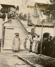 امير الاحواز عند باب قصر الفيلية عند الاحتفال بزواج احد اولاده و بجانب الصورة ضيوف من البختياريين جيران العرب
