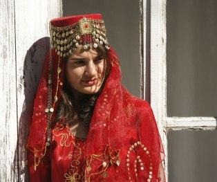 fam-2_azerbaijan_woman_lrg