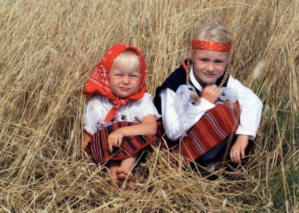 83fc9d2f13d209478306eda3a424f582--folk-costume-little-girls